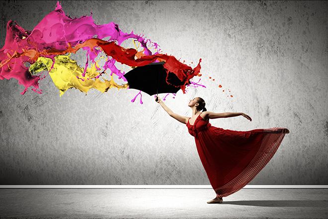 Bailarina ejecutando ejercicio con pinturas líquidas de colores lanzadas al aire