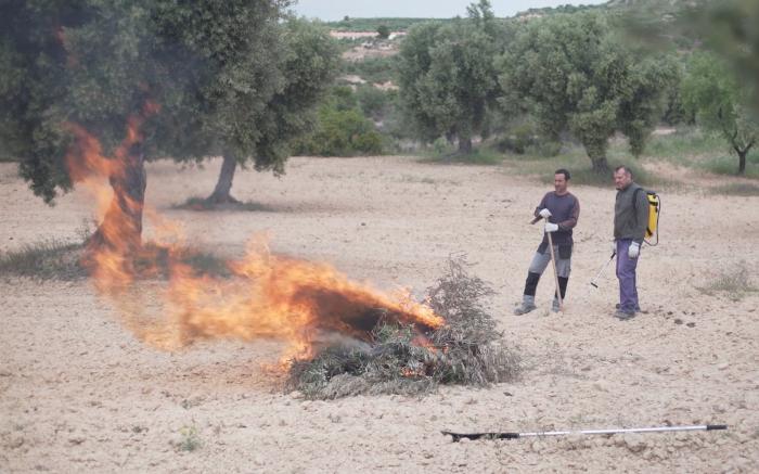 Dos personas haciendo una quema controlada