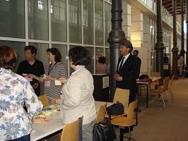 Varias personas alrededor de una mesa preparando posits.