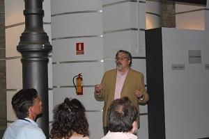 Juan Manuel Ubiergo Castillo hablando a un grupo de personas.