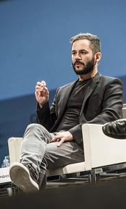Pablo Riquelme sentado en el escenario durante su ponencia.