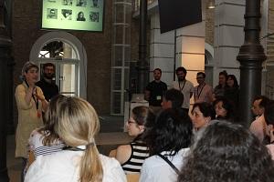 Los participantes del taller sentados escuchando una presentación.