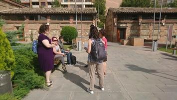 Varias personas charlan en una plaza.