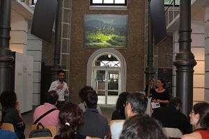 Los participantes del taller escuchan una charla sentados.