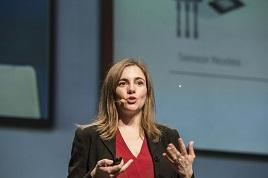 Alicia Asín en el escenario durante su intervención.