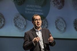 Javier Peña en el escenario durante su intervención.