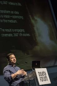 Alvin Ho Young en el escenario durante su intervención.