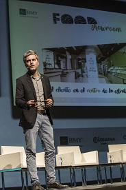 Alberto Fantova en el escenario durante su intervención.