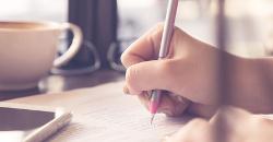 Una mano cogiendo un lápiz