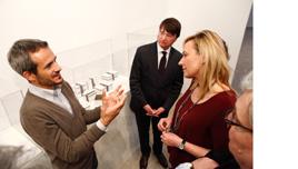 Marta Gascón y otros asistentes escuchan las explicaciones sobre la exposición.