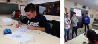 Un joven dibujando en un aula. Otros tres jóvenes están en la pizarra.