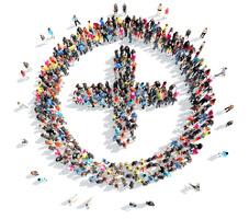 Una vista aérea de un circulo y en el centro una cruz de personas